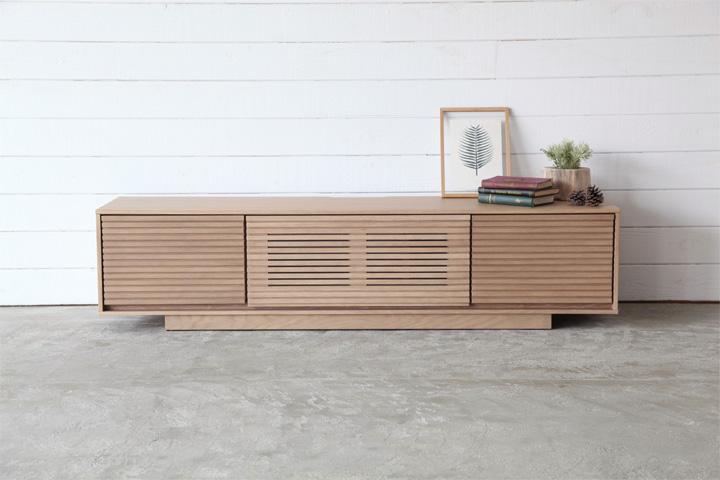 [送料無料]TVボード「セトル」天然木オーク材を用いて作られる、ボーダーデザインのルックスは空間をシンプルにおしゃれに演出してくれる人気のデザイン。モダンスタイルから、和テイストのお部屋まで、幅広く活用できるオススメのテレビボードです。