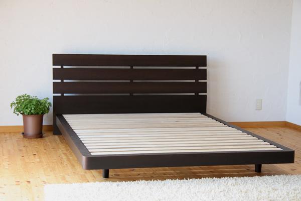 [ただいま送料無料!]天然木の表情と風合いを活かした美しい天然木ウォールナット化粧合板仕上げと北欧デザインのシンプルスタイル木製ベッド!ベッドでくつろぐデザイン♪シングル・フレームのみ[Lucy/BR/S/F]