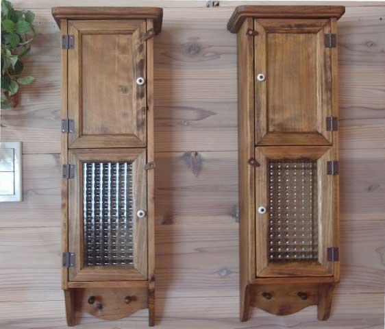 アンティークブラウン 背板のついた木製扉&フランス製チェッカーガラス扉のスリムキャビネット2個セット(高さ60cm)ペグつき 受注製作
