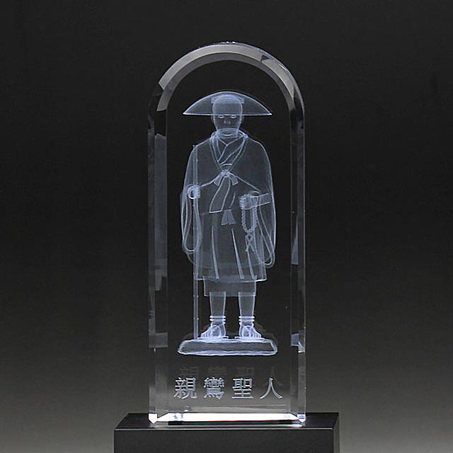 最新のレーザー光線技術でクリスタルガラスの中に仏像を彫刻し 台座からのLED照明によりカラフルで立体的な癒しの仏像が浮かびます 仏具 仏像 クリスタル 癒しの仏像 新作通販 半額 LED照明台座付 DB-2 親鸞聖人