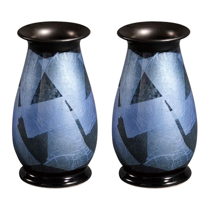 彩九谷焼の高級仏壇仏間用花瓶(一対)です。銀箔を張り付けた上に透明釉や五彩の釉彩を塗り焼き上げました。 仏壇用花瓶|仏間用花瓶 銀彩つゆ草6号(一対)