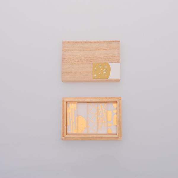 クリア素材に金箔が映え 期間限定特別価格 食卓や小物に華を添える箔シリーズ アクリルの素材感を活かしながらも 和の要素を大切にデザインしました 箸置きを添える 変える toumei 食卓は華やぎます だけで 箔hashioki 在庫一掃 木箱入り5個セットろ