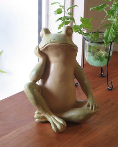 カエルの置物 あぐら 蛙 可愛い 送料無料お手入れ要らず オブジェ インテリア 飾り 輸入雑貨 玄関 デザイン リビング 贈呈