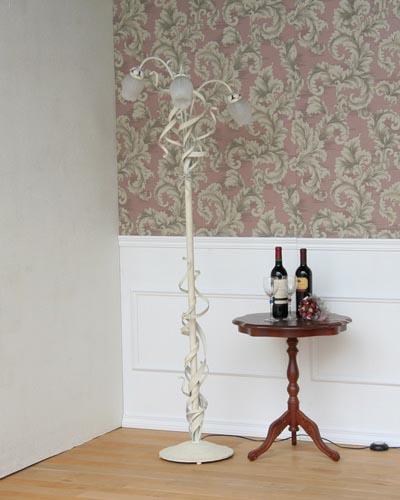 シャビーなお部屋にも似合う花モチーフの3灯フロアースタンド