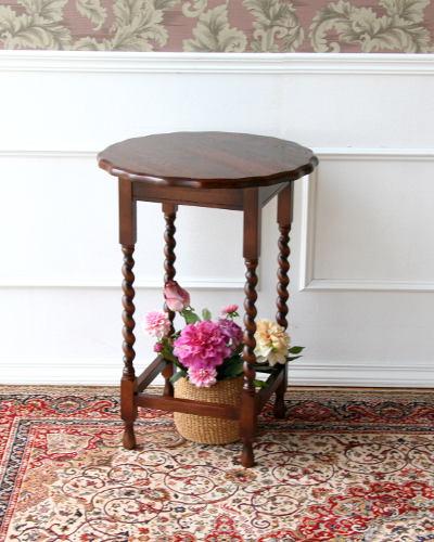 英国スタイル、アンティーク調の丸型サイドテーブル(オーク材) ランプテーブル 重厚 ツイスト 輸入家具 お洒落 花台 木製 茶色 クラシカル 飾り台