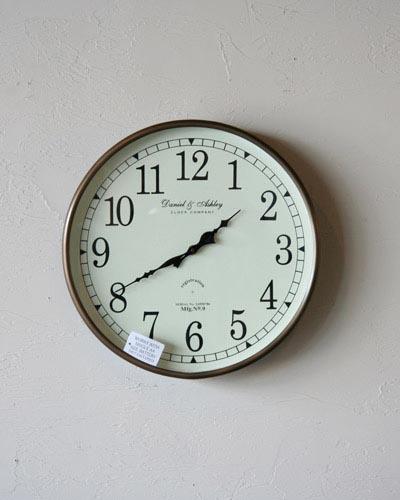 シンプルなデザインの丸型掛け時計