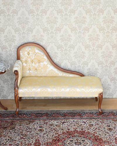 曲線が優美なイタリア製カウチソファ(布張り) 猫脚 ヨーロピアン 飾り 2人掛け お洒落 高級 インテリア ベージュ ゴールド リビング ホテル クラシック家具