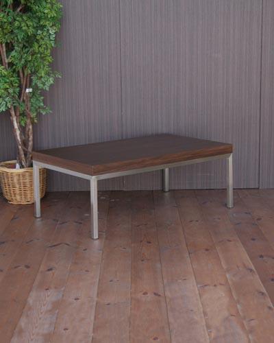 ウォールナット材を使ったモダンなリビングテーブル