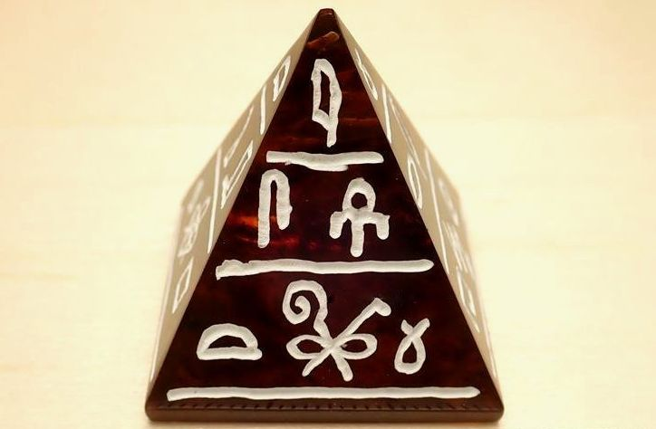 古代の琥珀ピラミッド 象形文字(hieroglyph)彫刻 天然バルティックアンバー 【琥珀】 エジプシャンピラミッド 【バルト海産】