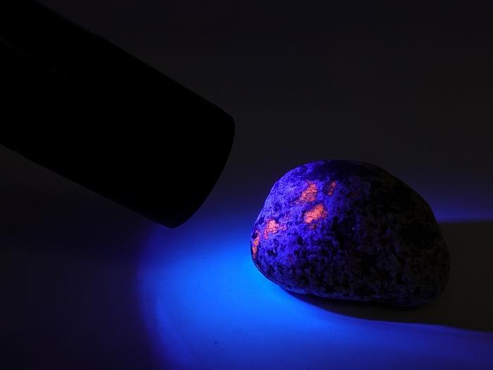 『世界の何だコレ!?ミステリー』で紹介、2017年発見の新種の石 ユーパーライト(サイズ S) モスラの卵?ポケモンの卵?キングギドラの卵?いいえ金●得です。