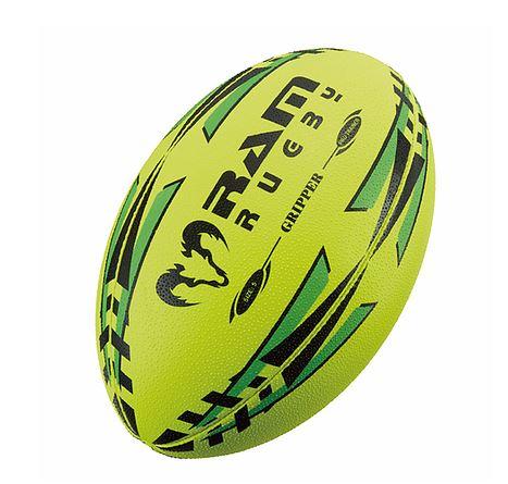 夜でも見やすい蛍光色 RAM RUGBY 4号球 小学生用 モデル着用 注目アイテム 新作 大人気 蛍光イエロー グリッパー ラグビーボール