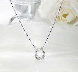 K10WG  馬蹄モチーフ ダイヤモンドペンダント