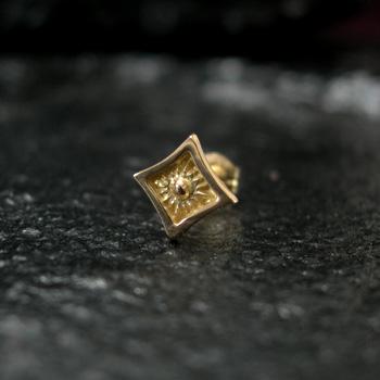 アリゾナフリーダム シルバーアクセサリー ピアス 【NO.12】 ゴールド 極小太陽神 マーク ピアス 素材: K18 【Pierce】