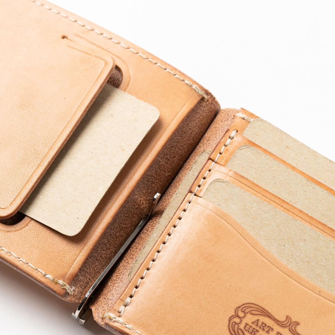 お札をはさみ込む機能以外にも、カードポケットや小銭入れなど、お財布の延長線上にあるモデルお多く、初心者にオススメといえます。