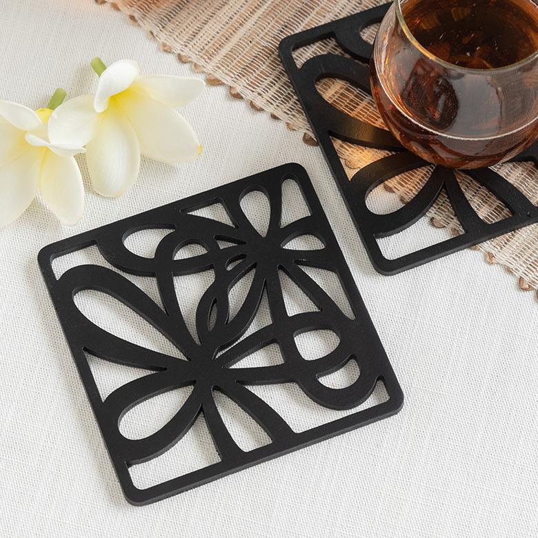 木彫りのアジアンコースター 飲み物のグラスはもちろん 日本製 カップに入ったデザートのトレイにすればおうちカフェ気分が味わえるバリ島の人気アジアン雑貨 メール便対応 モダンなデザインの木製アジアンコースター 11389 MULIA ムリア 木彫り 正方形 四角形 四角いコースター おうちカフェ トレイ トレー かわいい テーブルウェア ソーサー おしゃれ アジアン雑貨 バリ 受け皿 雑貨 期間限定で特別価格 ナチュラル キッチン雑貨 モダン