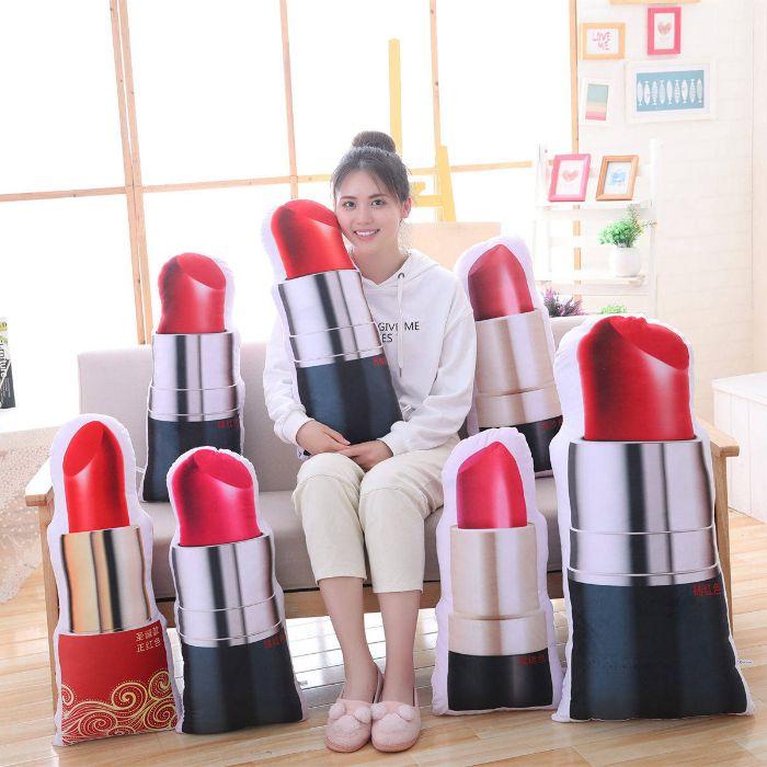 かわいい口紅の抱き枕です 全部で11種類の柄からお好きな抱き枕を選んでください 直営限定アウトレット 小さいお子様や女性の方にもプレゼントとして最適です 口紅 ルージュ リップ 抱き枕 おもちゃ 玩具 かわいい プレゼント 枕 ギフト 面白い 60cm 女性 驚きの価格が実現 誕生日
