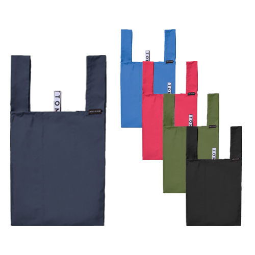 ゴムバンドでくるりとコンパクトにまとめて持ち運びができるエコバッグです。お弁当が入れやすい計算されたフォルムとなっており、ランチタイムの持ち歩きやお買いものバッグとして使いやすいサイズです。cL5jq3A4R