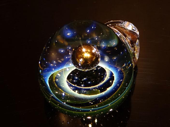 激安価格の synchronicity OTA,オオタ SCULPTURE,Shin glass art(シンクロニシティ Suzuki,スズキ グラス アート)太田 龍「K24金惑星スターライト/K24GOLDEN PLANET STARLIGHT」SNG-696宇宙/ガラスペンダント:アステリズム代官山, 豊田村:e00bd776 --- erforsche.com