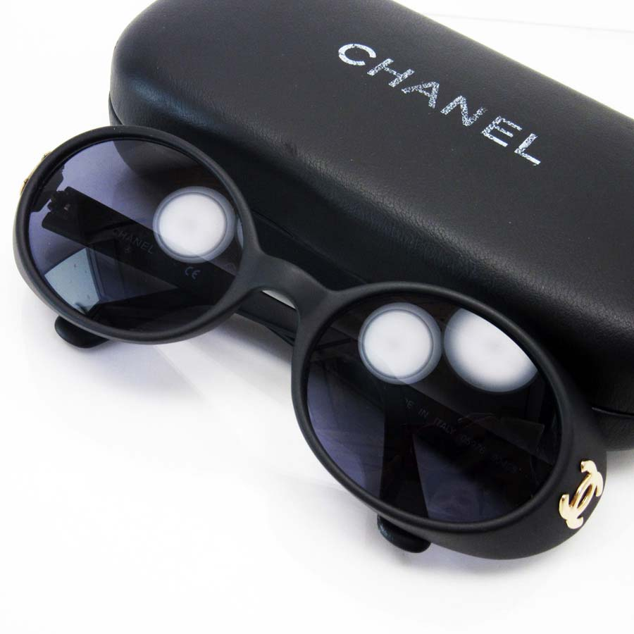 881ce8bcf0  basic popularity   used  Chanel  CHANEL  vintage sunglasses Lady s lens  A  clear black frame  Mat black x gold plastic