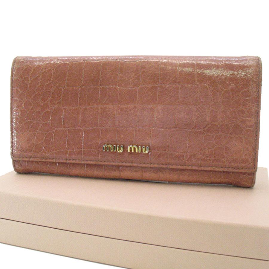ミュウミュウ MIUMIU 二つ折り長財布 クロコ型押し ◆ピンクxゴールド レザーx金属素材◆定番人気【中古】長財布 ◆ - k6254