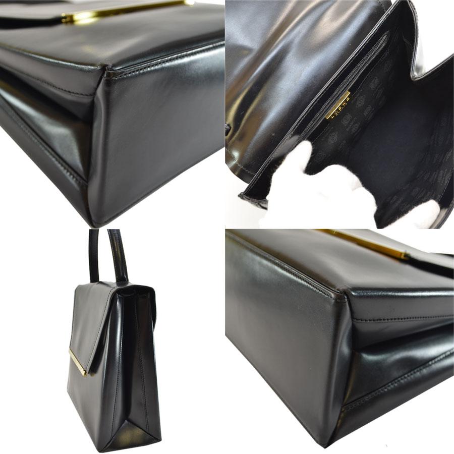 4493269bc7ed ロエベのハンドバッグです。ブラックカラーにゴールド金具のお洒落な逸品です。ショルダーストラップが付いているので、さまざなシーンでお使いいただけます。