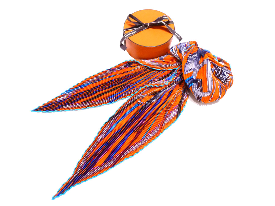hermes pleated scarf how to wear