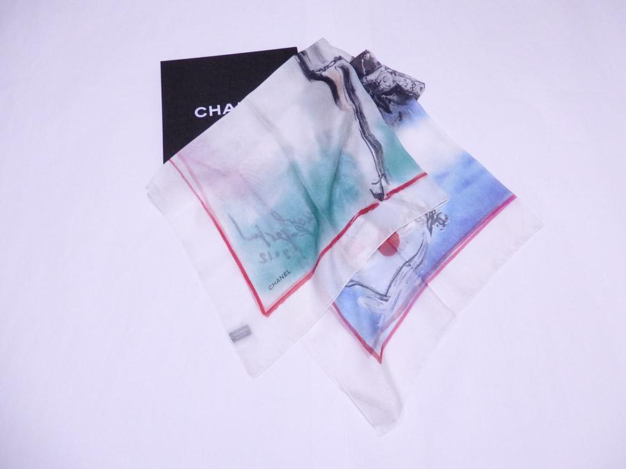 【美品】シャネル CHANEL スカーフ フランス マドモアゼル ホワイトxマルチカラー 100% シルク 【中古】 - e39547
