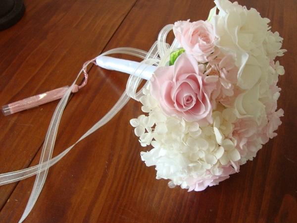 ◆ ホワイト ラウンド ブーケプリザーブドフラワー ウエディング ブーケ キュート まるいホワイト ピンク バラ アジサイ オーガンジー リボン タッセル 花嫁 挙式 前撮り 記念日 お祝い 誕生日 バレエ 発表会