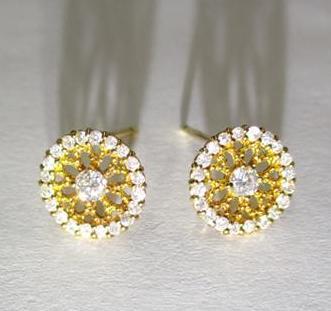 花形に彩られたダイヤモンドが豪華な 0.3カラットピアス 18金 イエローゴールド  天然石 レディース K18 鑑定書付き ギフト包装 ラッピング クリスマス プレゼント ギフト 浴衣・着物に合うピアス