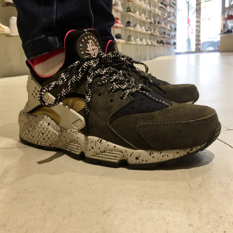 ★SALE ★ NIKE AIR HUARACHE RUN PRM (ナイキエアハラチランプレミアム) BLACK/DESERT MOSS-SOLAR  RED-PALE GREY 17HO-I
