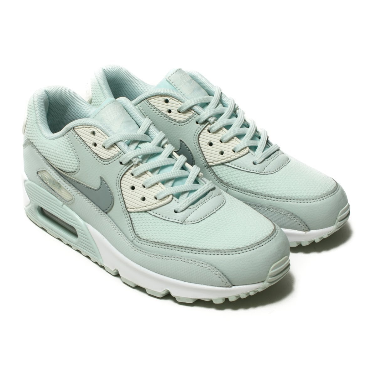 official photos 59ef4 8f257 Nike women Air Max 90 reproduces a tradition of the running of the 90s  faithfully while renovating a design to be usable in the casual scene.
