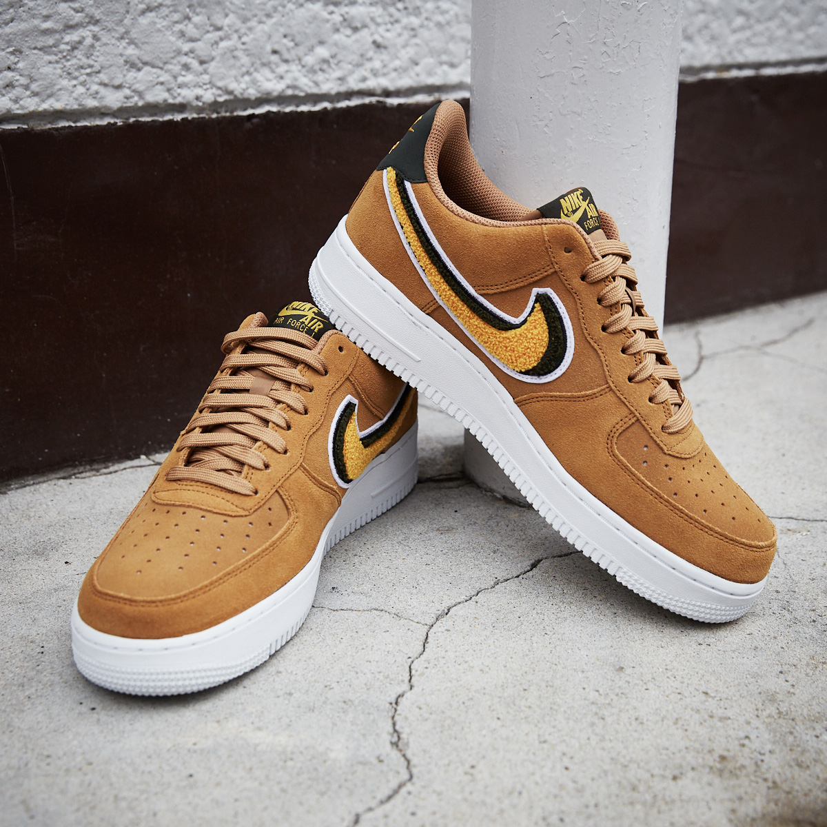 NIKE AIR FORCE 1 '07 LV8(ナイキ エアフォース 1 07 LV8)MUTED BRONZE/YELLOW OCHRE-SEQUOIA-WHITE【メンズ レディース スニーカー】18FA-S