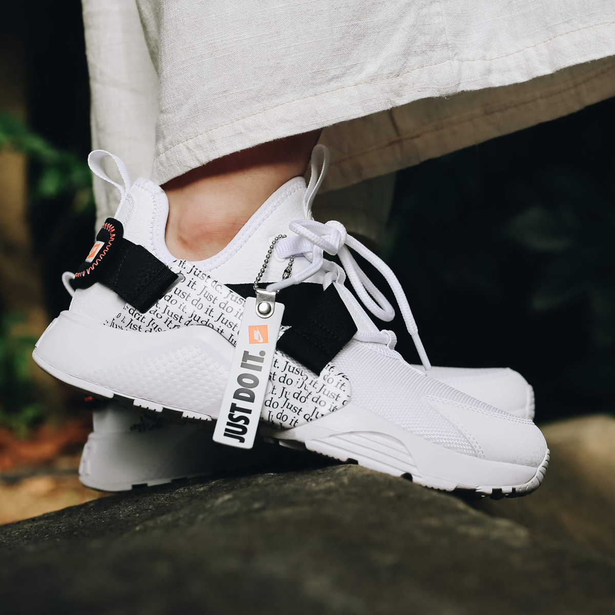 d95e72980a16 NIKE W AIR HUARACHE CITY LOW PRM (ナイキウィメンズエアハラチシティーロープレミアム) WHITE WHITE-BLACK-TOTAL  ORANGE 18FA-I