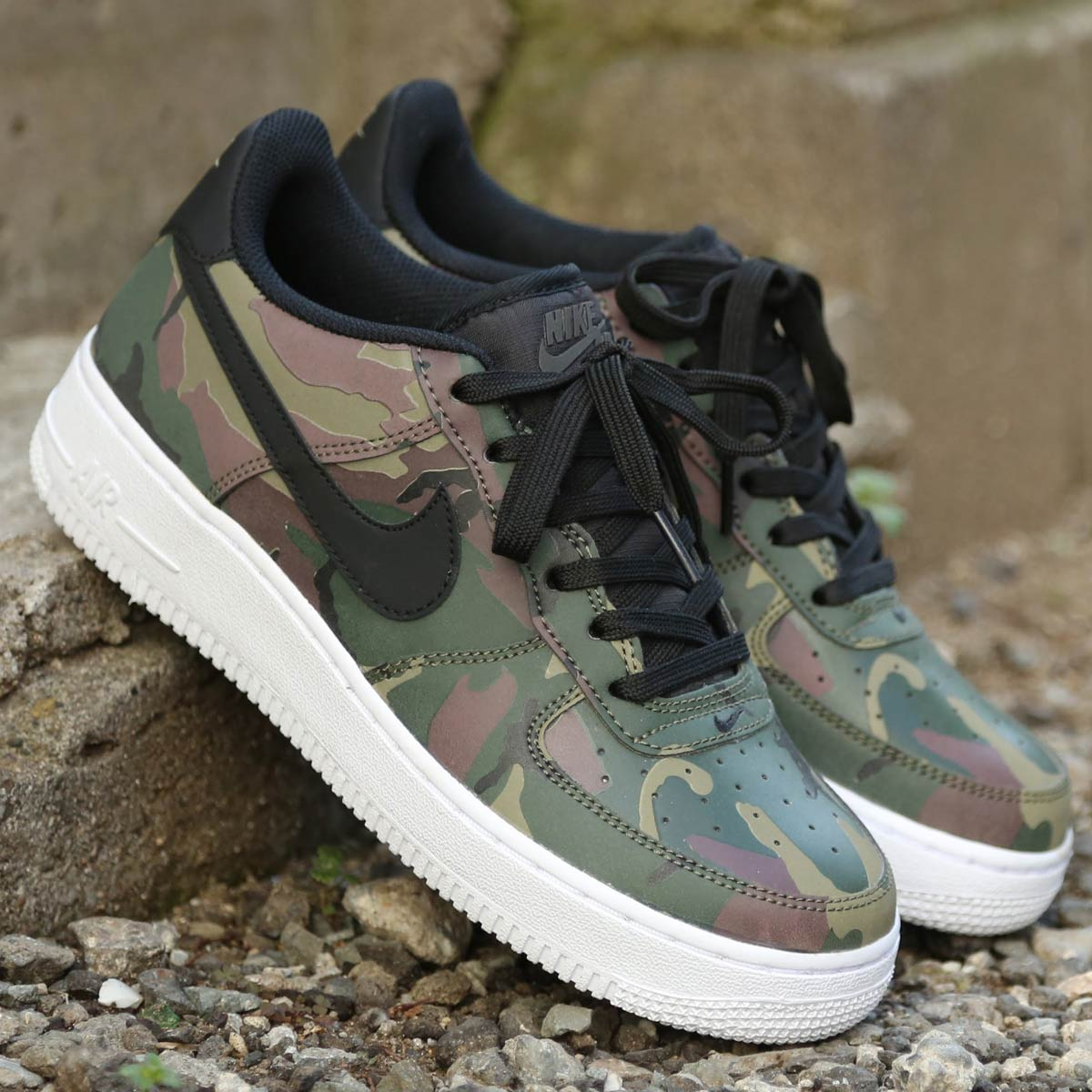 NIKE AIR FORCE 1 LV8 (GS) (ナイキ エア フォース 1 エレベート GS)MEDIUM OLIVE/BLACK-BAROQUE BROWN-SEQUOIA【ガールズサイズ】18SP-S