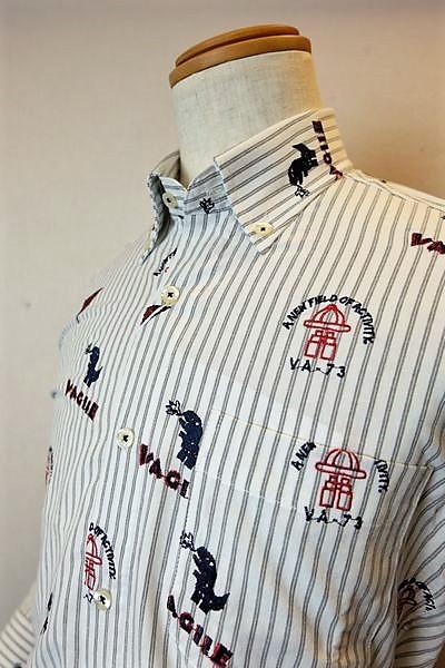【セール50%OFF】 バジエ 【カジュアルシャツ】【2020春夏新作】【メンズウェア】【恐竜】【ボタンダウンカラー】【バジエ服】 ストライプ&ダイナソー刺繍柄地シャツ グレー VAGIIE