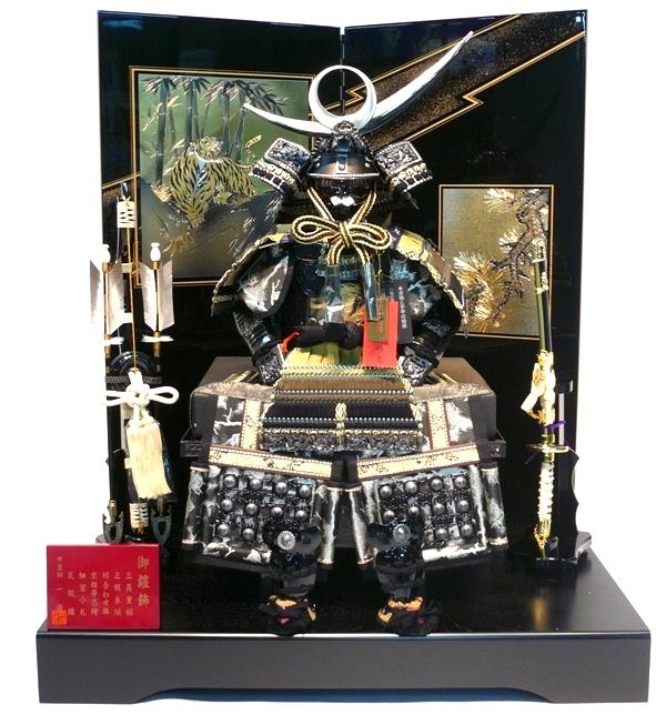 【コンパクトサイズの鎧飾り】 上杉謙信 7号 二曲屏風 黒塗彫金虎と松 【鎧兜】【五月人形】【smtb-KD】