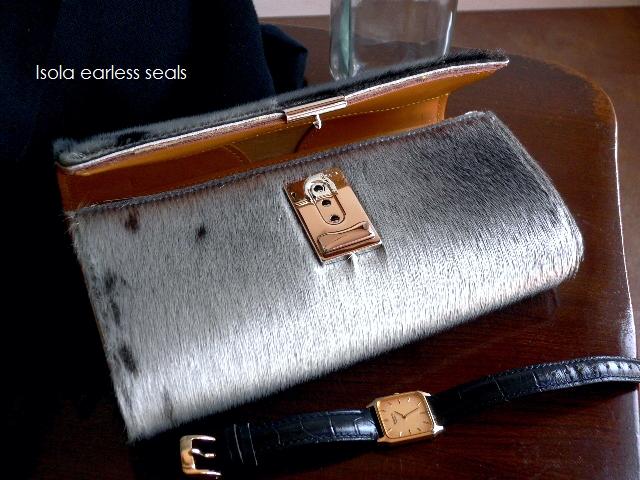 クーポン対象外 ノベルティ&レザークリームプレゼント ISOLA アイソラ 長財布 ギャルソン 三段錠 アザラシ毛皮 ファー 7403 アザラシ グレー