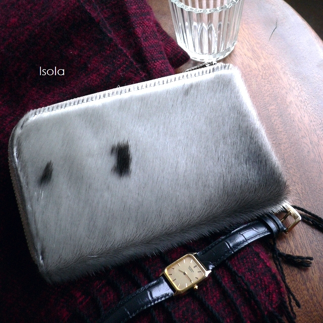クーポン対象外 ノベルティ&レザークリームプレゼント ISOLA アイソラ 財布 コンパクトウォレット L字ファスナー 中 アザラシ毛皮 ファー 7409 アザラシ グレー