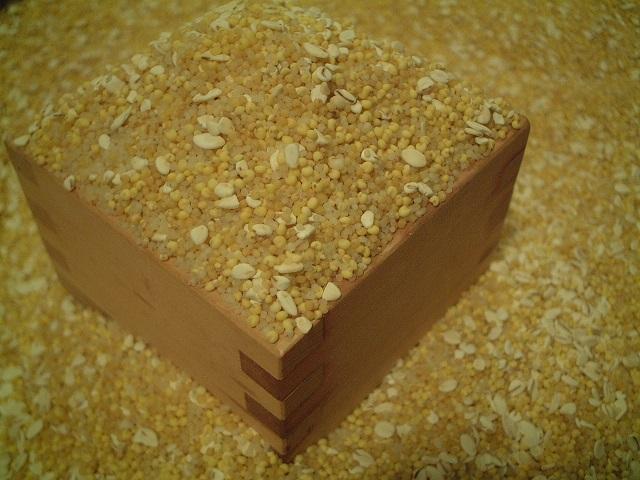 令和2年国産 五穀米 雑穀米 スーパーフード 話題の穀物です お早目に 2020秋冬新作 2020 550g 国産 そばなし 蕎麦なし ソバなし アレルギーの方 ご飯の色が変わらない くせがない 食べやすい 穀物 ハト麦 きび ひえ 美容 はと麦 ナイアシン あわ 抗酸化作用 ポリフェノール もちきび 押し麦 もちあわ 栄養 ビタミンB群 バランス 健康