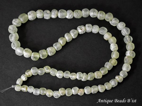 【1903】ジャワ島出半透明土薄緑色銀化中粒ビーズ一連【とんぼ玉】【蜻蛉玉】【アンティークビーズ】【送料無料】【ビーズ】【パーツ】【骨董】【antiquebeads】【beads】