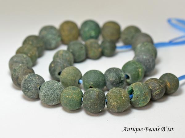 【1910】ジャワ島出土インドパシフィック濃緑色発掘丸玉一連G【とんぼ玉】【アンティークビーズ】【ガラスビーズ】【発掘】【骨董】【ビーズ】【パーツ】【antiquebeads】【beads】【送料無料】