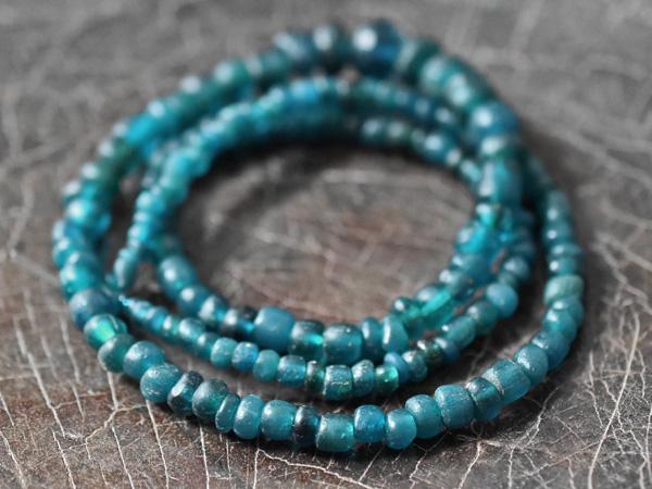 【2003】ジャワ島出土 濃いエメラルドブルー小中粒ビーズ一連2【とんぼ玉】【アンティークビーズ】【送料無料】【ビーズ】【ガラスビーズ】【骨董】【出土品】【antiquebeads】【beads】