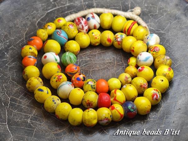 【beads】 【チェコビーズ】 【antiquebeads】 【とんぼ玉】 【1704】 【骨董】 【トンボ玉】 【パーツ】 【ビーズ】 【1704-1】 【送料無料】 【アンティークビーズ】 ANTQボヘミア花吹雪模様黄色扁平丸玉一連1