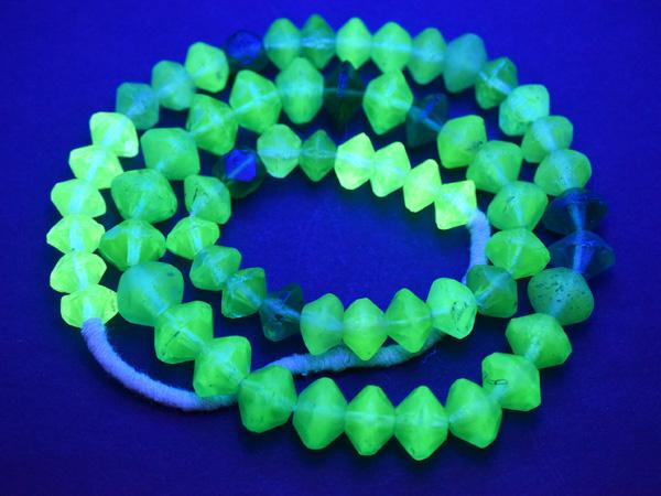 【2003】ANTIQUEボヘミアウランガラス緑色&黄色算盤型ミックスビーズ一連4【とんぼ玉】【蜻蛉玉】【トンボ玉】【ボヘミアビーズ】【チェコ】【ウランガラス】【送料無料】【antiquebeads】【beads】【アンティークビーズ】