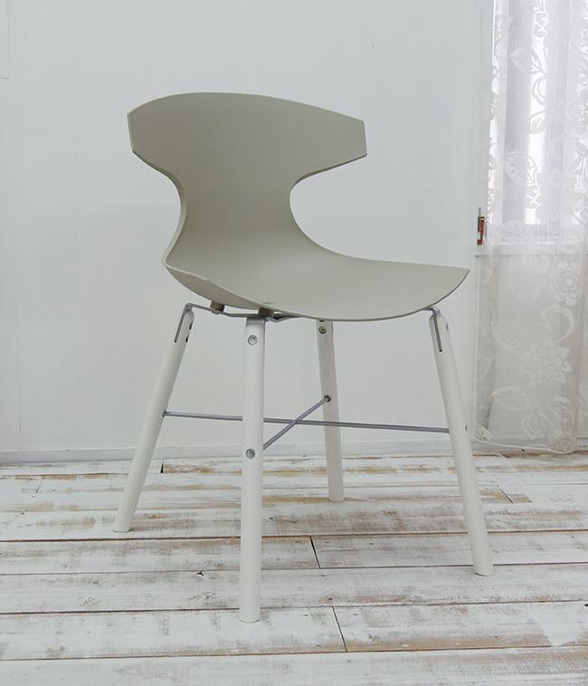座面高45cm ダイニングチェア イタリア製 デザイナーズチェア グレー色の特徴的なデザインの椅子 オシャレな椅子 スタイリッシュな脚に特徴的なデザインの座面が合わさり、芸術作品のような椅子です。