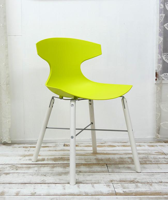座面高45cm ビビッドなグリーン色のダイニングチェア イタリア製 デザイナーズチェア グリーン色の特徴的なデザインの椅子 オシャレな椅子 スタイリッシュな脚に特徴的なデザインの座面が合わさり、芸術作品のような椅子です。