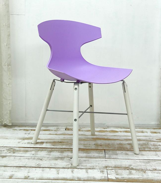 座面高45cm 鮮やかなパープル色のダイニングチェア イタリア製 デザイナーズチェア 紫色の特徴的なデザインの椅子 オシャレな椅子 スタイリッシュな脚に特徴的なデザインの座面が合わさり、芸術作品のような椅子です。