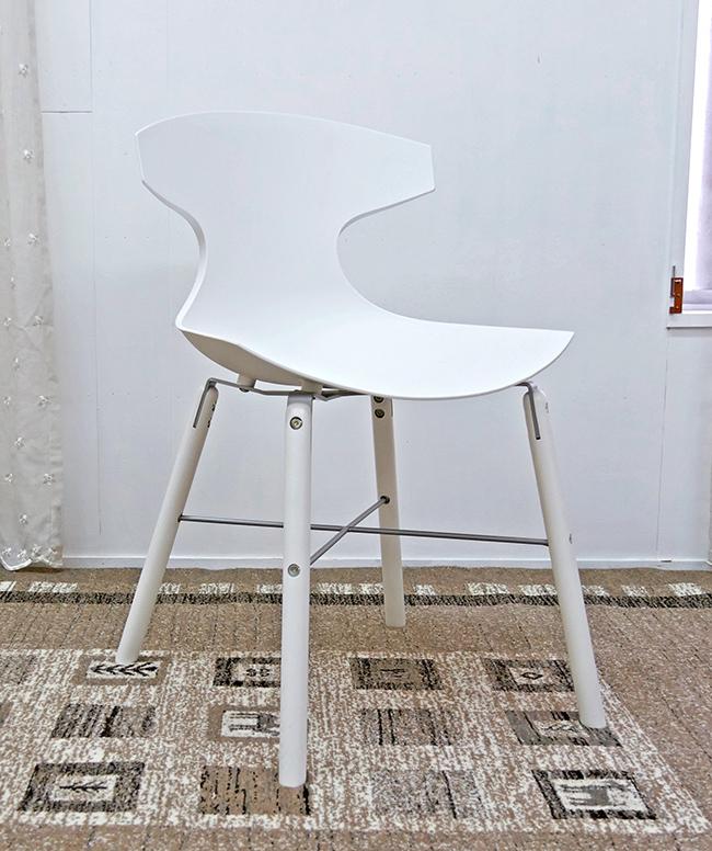 座面高45cm 白いダイニングチェア イタリア製 デザイナーズチェア ホワイト色の特徴的なデザインの椅子 オシャレな椅子 スタイリッシュな脚に特徴的なデザインの座面が合わさり、芸術作品のような椅子です。