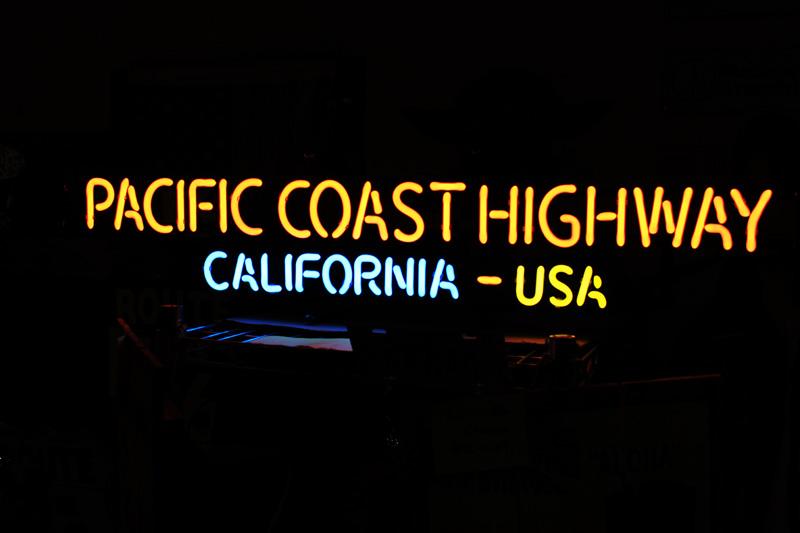 【送料無料】PACIFIC COAST HIGHWAY CALIFORNIA USA ネオン管 パシフィック・コースト ハイウェイ カリフォルニア州道1号線 アメリカ 雑貨 おしゃれ カフェ バー ガレージ インテリア 店舗 ネオンサイン 看板