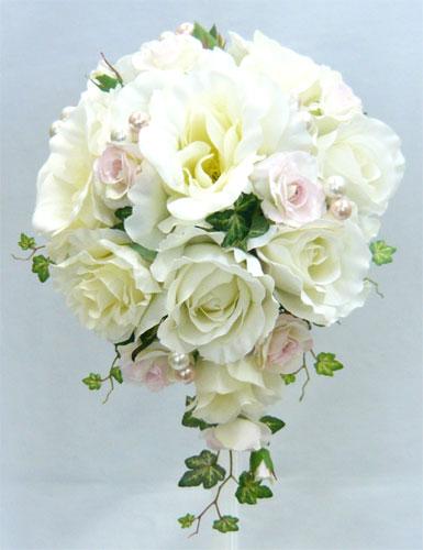 ウエディングブーケ/白バラ&淡ピンクバラセミキャスケードブーケ ブートニア付き
